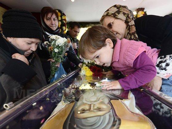 Coada la moaște, Disneyland-ul copilului român 3