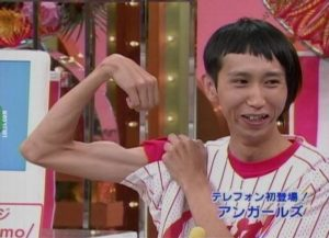 Thin-Guy-Showing-Muscule-Funny-Picture