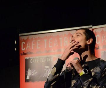 comediantul george bonea pe scena, fumand