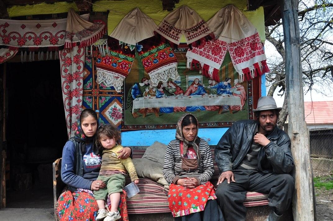 Cea mai mare bucurie a românului sărac: să râdă de romul sărac 1